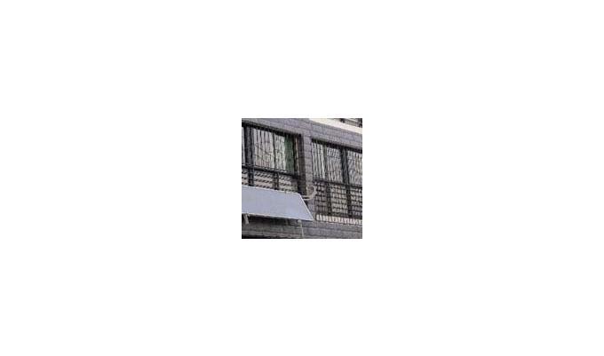 家住青岛崂山区书香门第的王先生,提倡绿色节能生活,想在家里安装太阳能热水器, 但又担心青岛的天气,冬季比较冷,到时热水供给不足。王先生家住三楼,距顶楼远,屋顶也没有安装空间,即使有,也需要走很长的管路,用水很不方便。推荐的平板太阳热水器安装在南向窗户护栏上,一方面采光好,另一方面不占用住户空间,安装美观大方。 海尔解决方案推荐平板太阳热水器PJF2-100.
