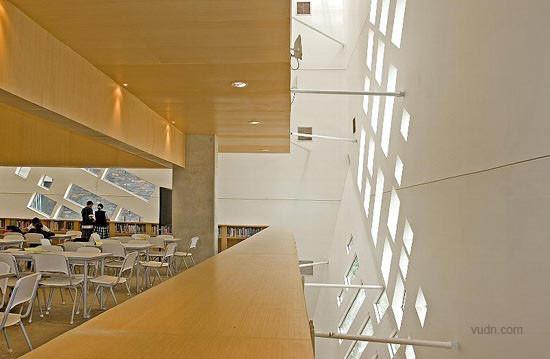"""这是哥伦比亚圣多明各(Santo Domingo, Colombia)当地的一座图书馆,叫做""""西班牙公园图书馆"""",建在山顶,宛如三块大岩石,遗世独立,傲视繁华,天生就是一个标志性的建筑。     这三个建筑由一个平台相互连接起来,表面使用了黑色人造石,外形又似钻石切割的多面体,使其横看成林侧成峰。     图书馆以数字艺术般的窗户作点缀,在光线的照耀下使得整座图书馆看起来如同含有石英的黑石。"""