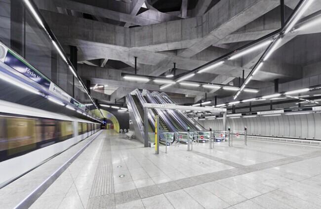 Fovám tér地铁站和Szent Gellért tér地铁站可以算得上是布达佩斯最重要的基础设施项目。它们隶属于源于1980年的M4号地铁线,也是布达佩斯的第一根地铁线路。随着时代之轮的前进脚步,地铁也在不断的扩张和新建。相比古典浪漫的城市,设计师希望这两个地铁站能够成为完全不同的地下世界,能够成为极其新潮的地下公共空间。