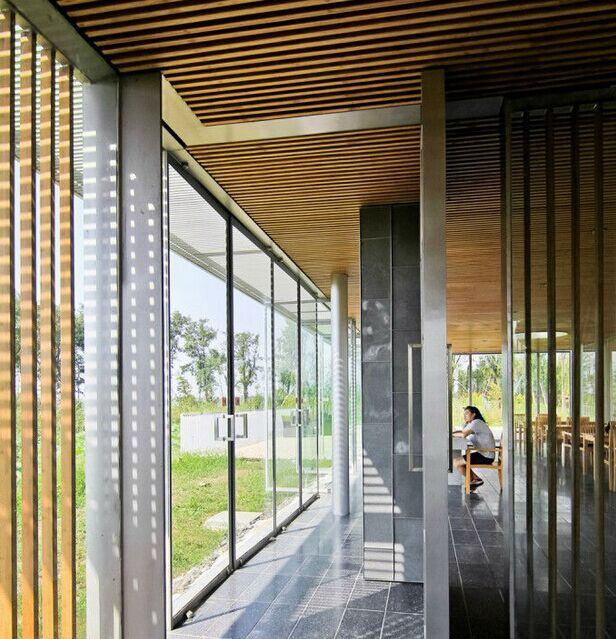 竖向竹木格栅和玻璃墙面的组合